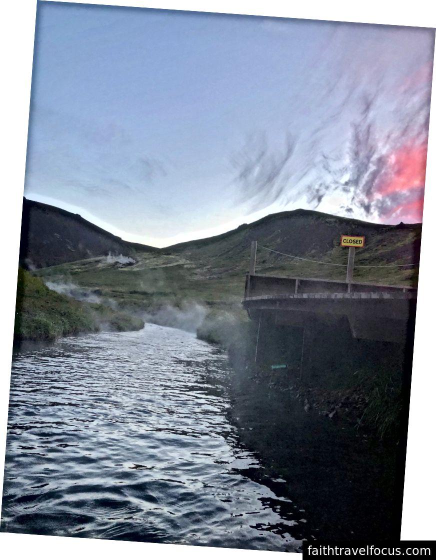 Reykjadalur Kaplıcaları Termal Nehri'nde Muhteşem Kırmızı ve Pembe Bulutlar