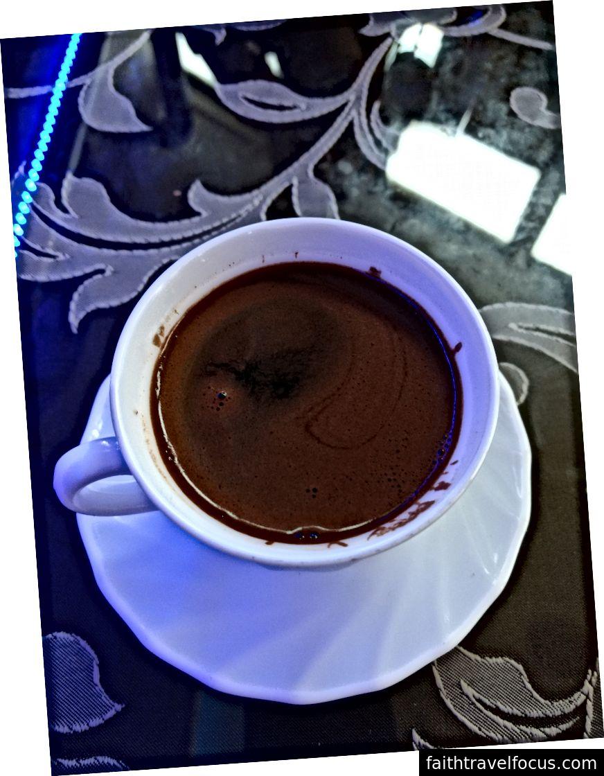 Çatlak içmiş gibi hissetmek istemiyorsanız, asla Türk kahvesini karıştırmayın.