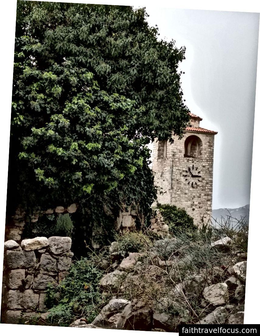 Kaya ve moloz yığınları arasında yeni inşa edilmiş bir kule.