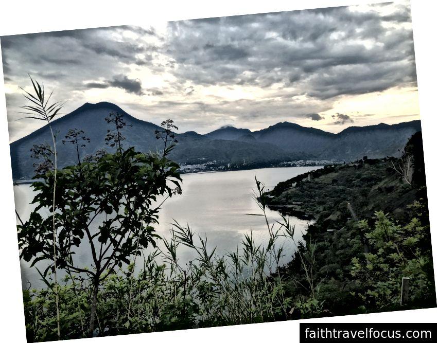 Mặt trời mọc trên hồ Atitlán, Guatemala
