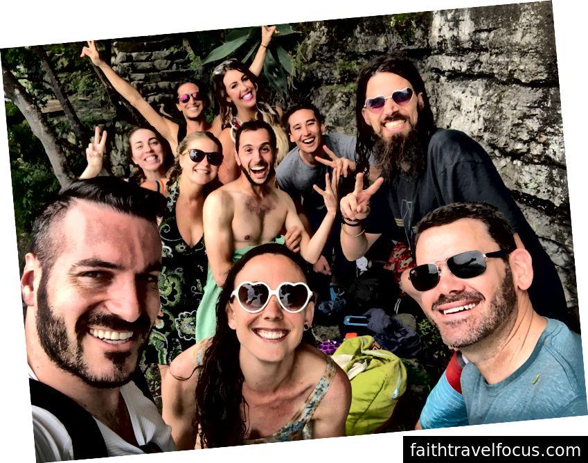 Tất cả những nụ cười sau một buổi chiều dành chèo thuyền kayak và nhảy vách đá trong rừng.