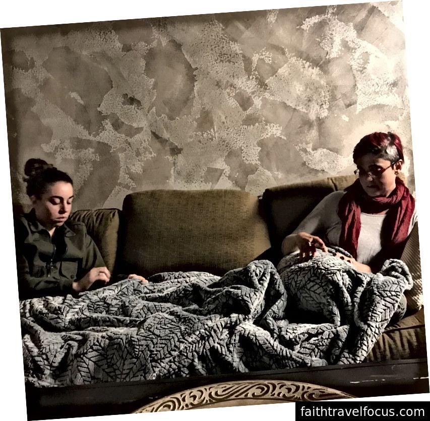 Bạn tôi Lauren chụp bức ảnh này vào khoảng nửa đêm trong khi Jenn và tôi trở nên sâu sắc. Cả hai chúng tôi cùng nhau nhặt chăn, một giáo đường sinh ra từ sự khó chịu vốn có của việc nhốt linh hồn chúng tôi.
