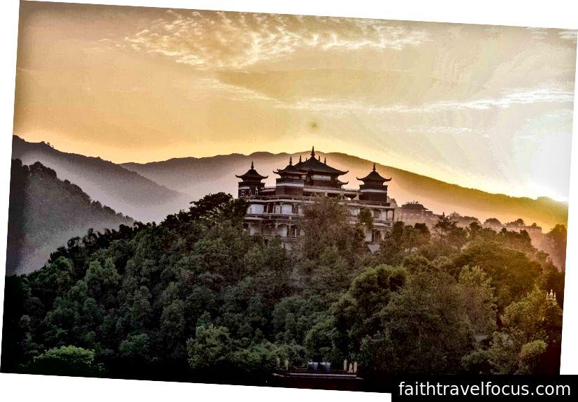 * Mặt trời mọc từ Tu viện Kopan, Nepal.