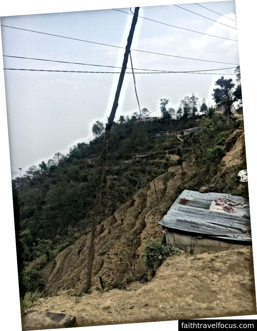 Lán gia đình ở Nagarkot ở đằng xa. Căn lều gần hơn ở đây là phòng tắm chung.