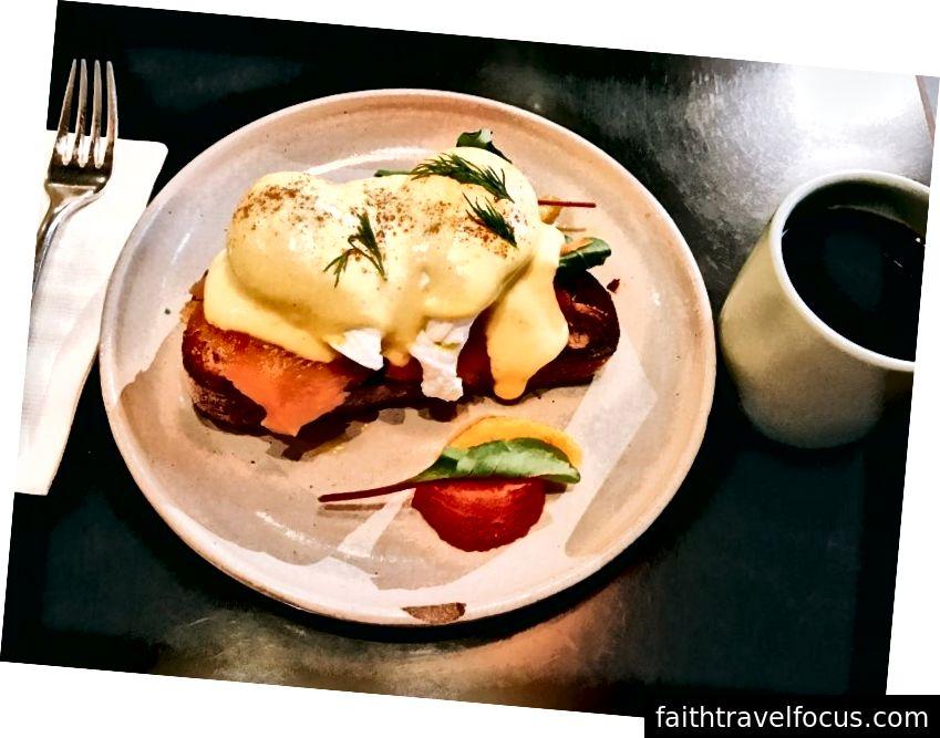Một quả trứng Benedict khỏe mạnh cho bữa ăn nhẹ được phục vụ cùng với một ít bưởi và cam