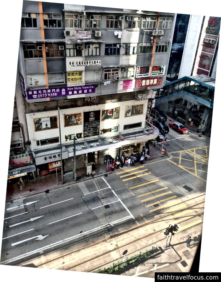 Hong Kong'daki bir hostel penceresinden manzara.