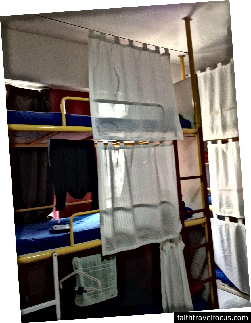 Gizlilik perdeleri kesin bir zorunluluktur. (HK'deki bir hostelden fotoğraf)
