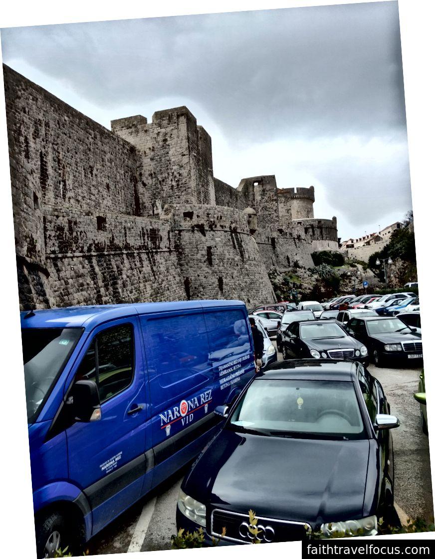 Chắc chắn, tôi có một hình ảnh của những bức tường ngoạn mục này nhưng sau đó bạn sẽ thấy cụm xe này.