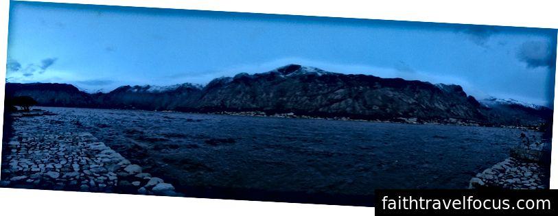Vịnh Kotor vào ban đêm.