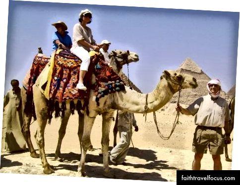 Я на верблюді в Єгипті з чоловіком тримав мотузку