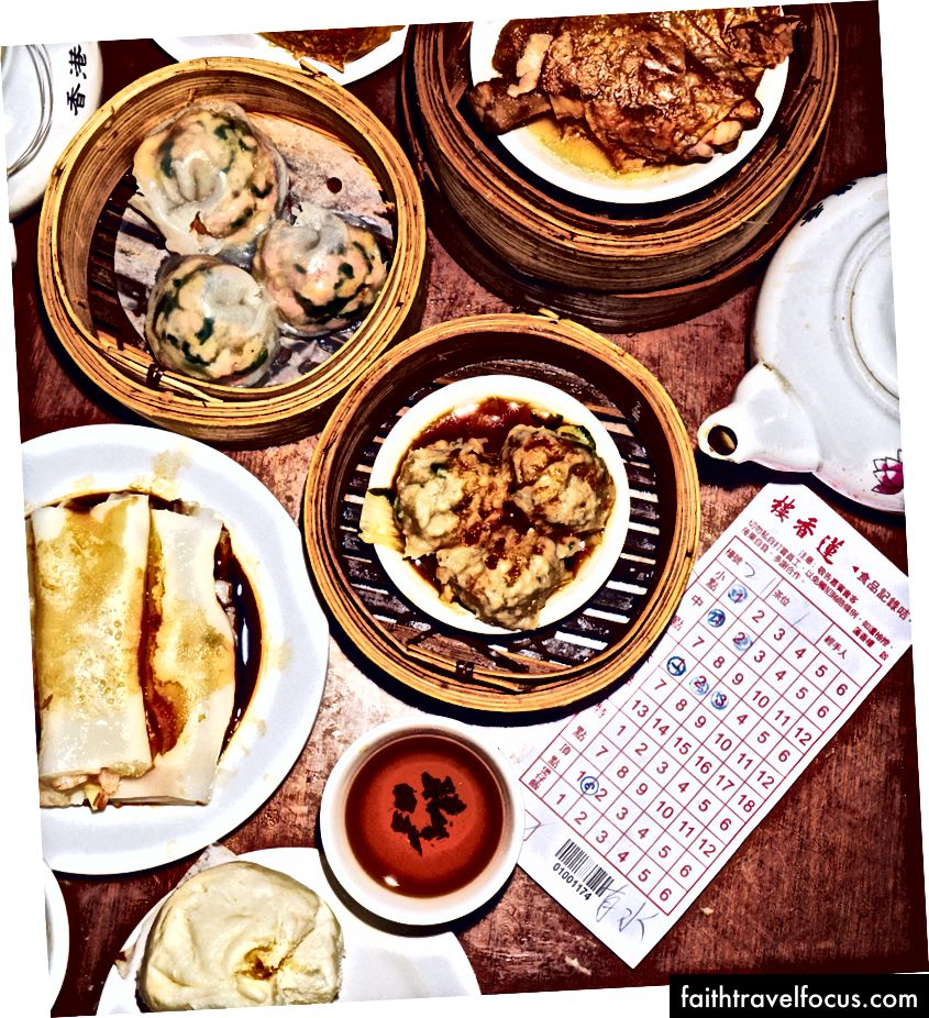 Một sự lây lan tại Lin Heung Tea House, với thịt viên hấp thịt bò chiếm sân khấu trung tâm.