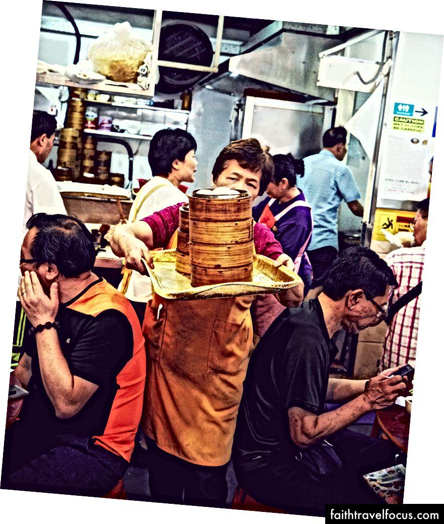 Một hành động cân bằng tại Sun Hing, nơi thực khách có thể có được chiếc bánh bao của họ trong vài giờ sáng.