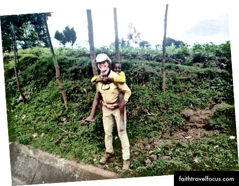 Đưa một cô gái Rwandan nhỏ bé đi xe, 2015
