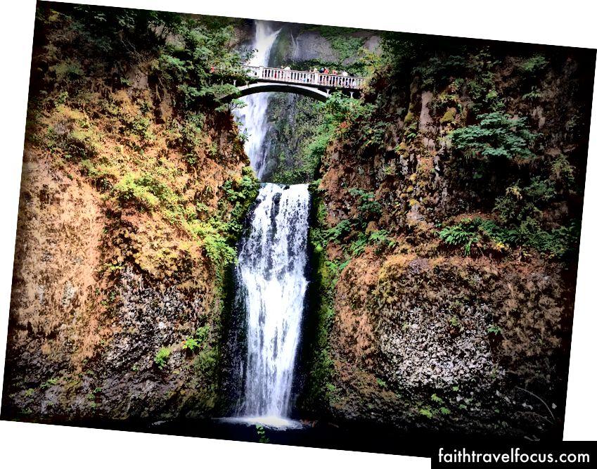 Водоспад Multnomah - це далеко не улюблена зупинка місцевих жителів та відвідувачів уздовж ущелини річки Колумбія.