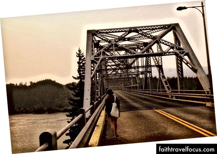 Пройдіться (або їдьте) через Міст Богів, щоб ступити у штаті Вашингтон.