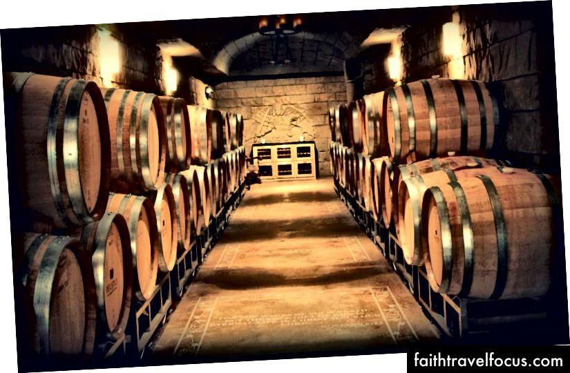 Призначте водія та вирушайте до чарівних виноградників Reustle, щоб побалуватися дегустаціями вин у печері.