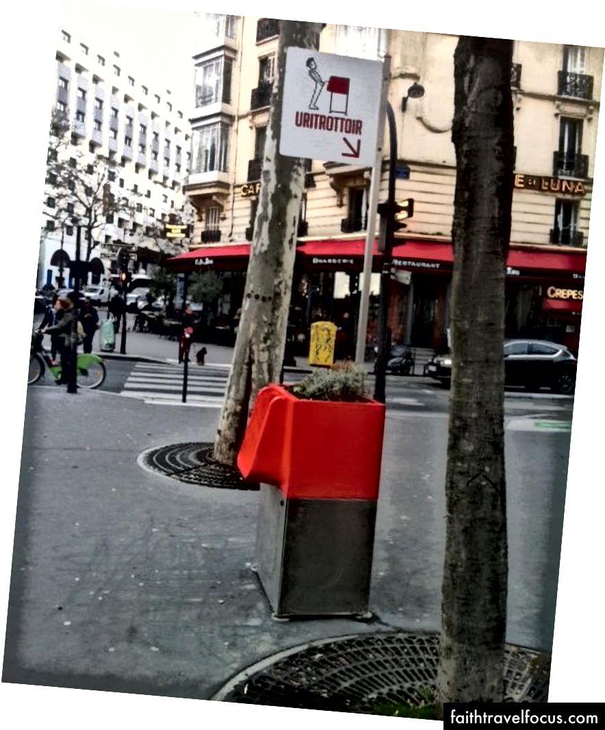 Вивіска над паризьким туалетом чудова, хлопець схожий на те, що він чудово проводить мовчання на публіці!