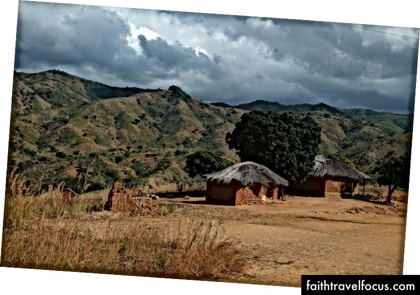 Một trong những ngôi làng đẹp như tranh vẽ trên đường đi bộ giữa Rwarwe và Usisya
