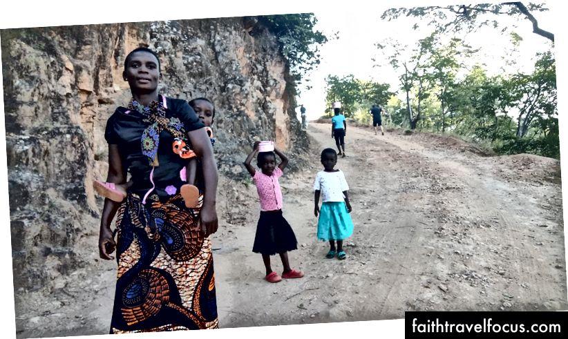 Chúng tôi gặp một gia đình trekking lên đường, anh ta rất ngạc nhiên khi thấy ba azungu (trắng) đi lên theo sau là một chiếc xe rất chậm
