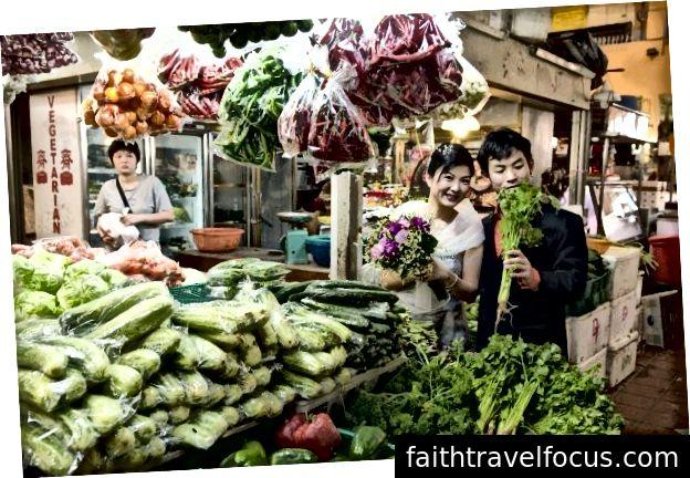 Наші фотографії до весілля, зроблені ще у 2008 році. На мокрому ринку в Сінгапурі