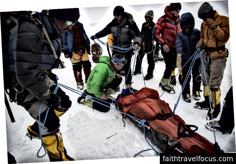 Một đồng nghiệp xuống với HACE ở độ cao 6500m.