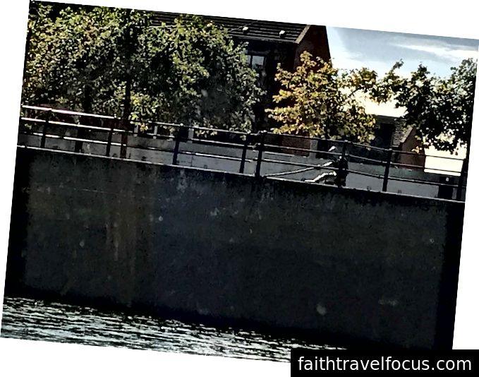 Bir başka ilginç heykel, nehirdeki bir gemi için bağlama hatlarını çalıştıran bir adamı gösteriyor