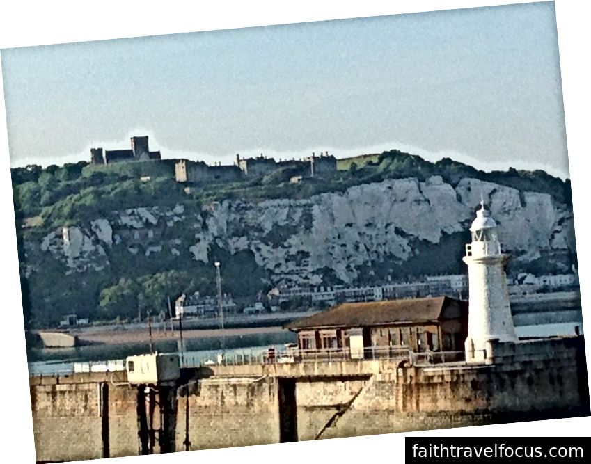 Vách đá Dover, từ con tàu (cái này do tôi chụp khi chúng tôi ở đây năm ngoái)