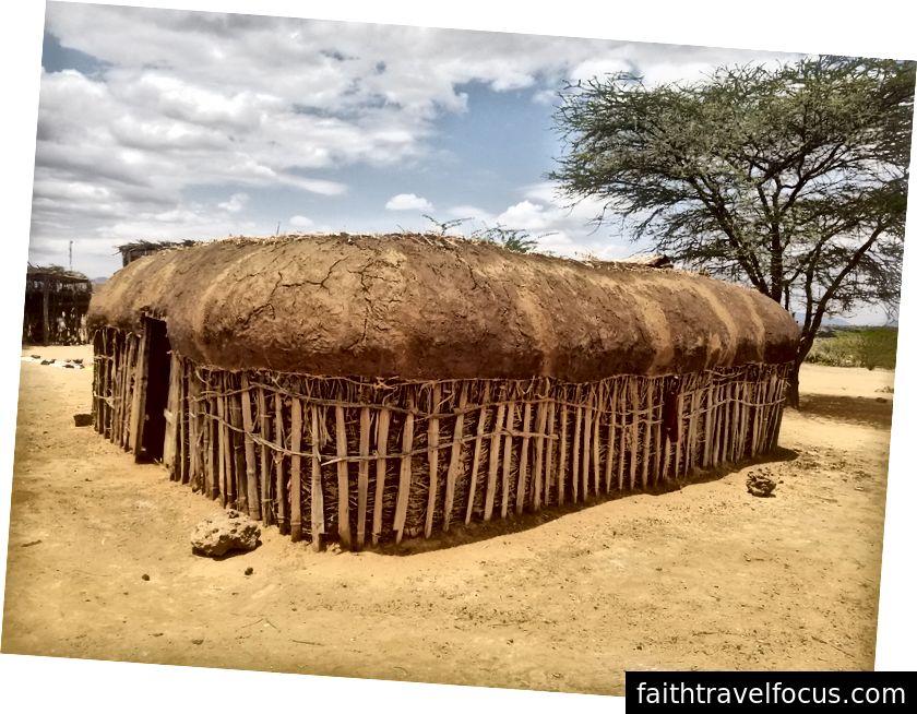Manyatta được xây dựng với hỗn hợp cát và phân bò và được thay thế sau mỗi tám năm. Phải mất khoảng hai tháng để xây dựng một.