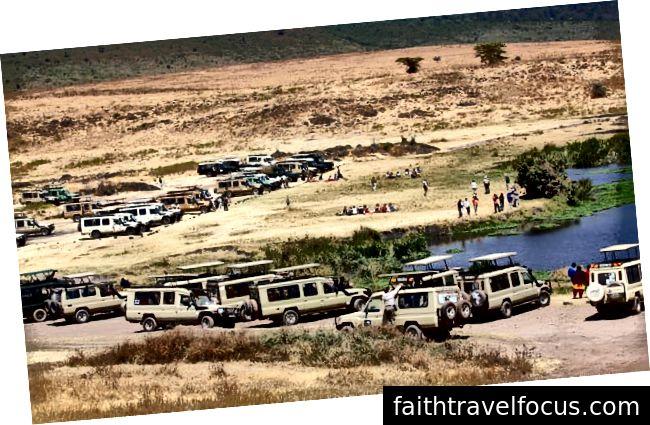 Khách du lịch trên safari trong miệng núi lửa Ngorongoro, Tanzania. Ảnh: Justus de Cuvelan / Shutterstock