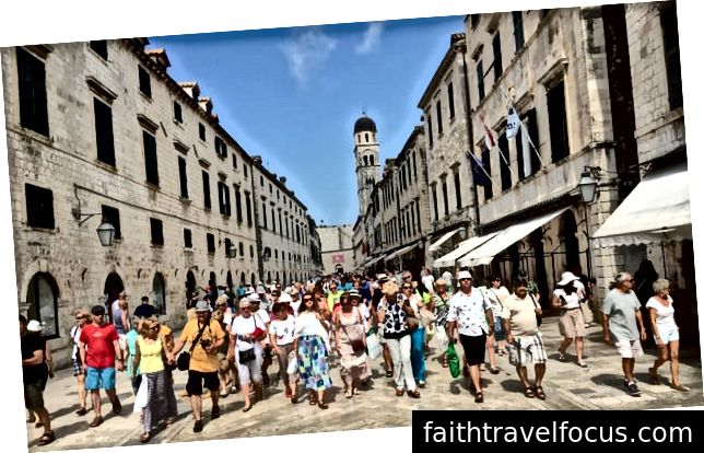 Du khách đi tàu trên các đường phố của thành phố Dubrovnik, nơi các camera hiện đang theo dõi số lượng người trong khu phố cổ. Ảnh: muckylucky / Nhân chứng Guadian