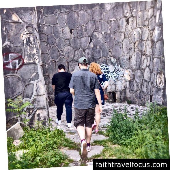 Mostar, Bosnia & Herzegovina. Hướng dẫn viên của tôi đã đưa chúng tôi đến xem tất cả các tác phẩm graffiti vẽ mặt mới trong Nghĩa trang Partisan, trước khi chia sẻ kinh nghiệm của mình trong cuộc chiến Balkans khi còn là một đứa trẻ nửa Croatia, nửa Serb.