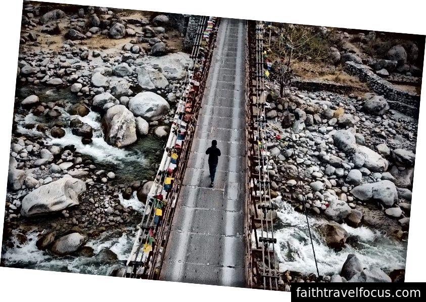 Nishit băng qua một cây cầu, theo cả nghĩa đen và nghĩa bóng, tại Thung lũng Solang