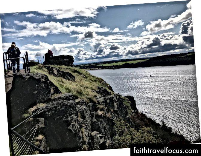 Trên đỉnh một trong những đỉnh của Dumbarton Castle Rock, nhìn ra Clyde hùng vĩ