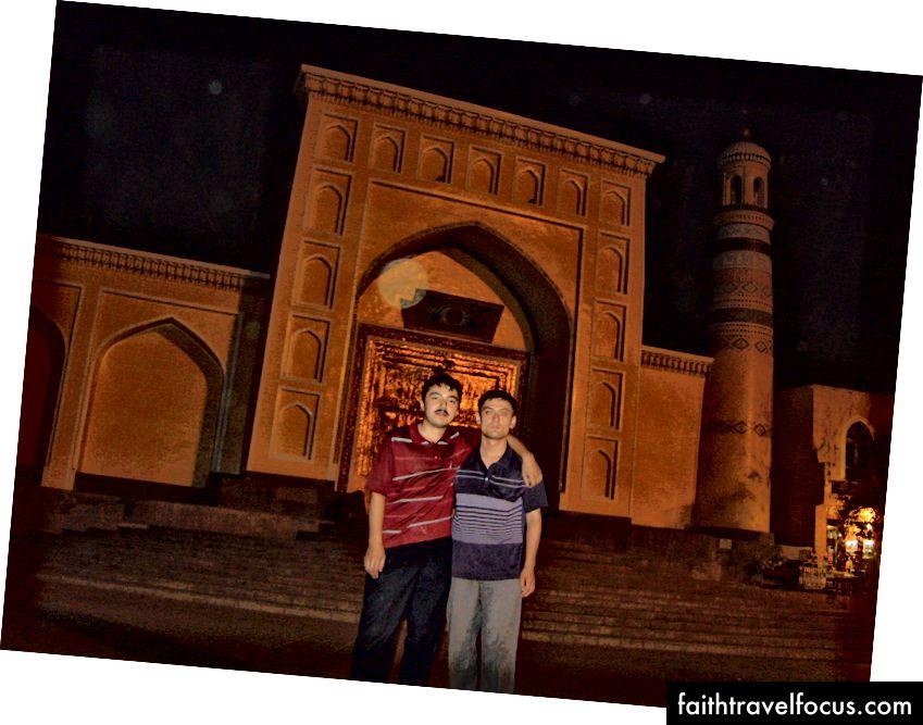 Hai bữa tối dữ dội của tôi đồng hành với nhau. Bên ngoài nhà thờ Hồi giáo Id Kah, Kashgar, 2008
