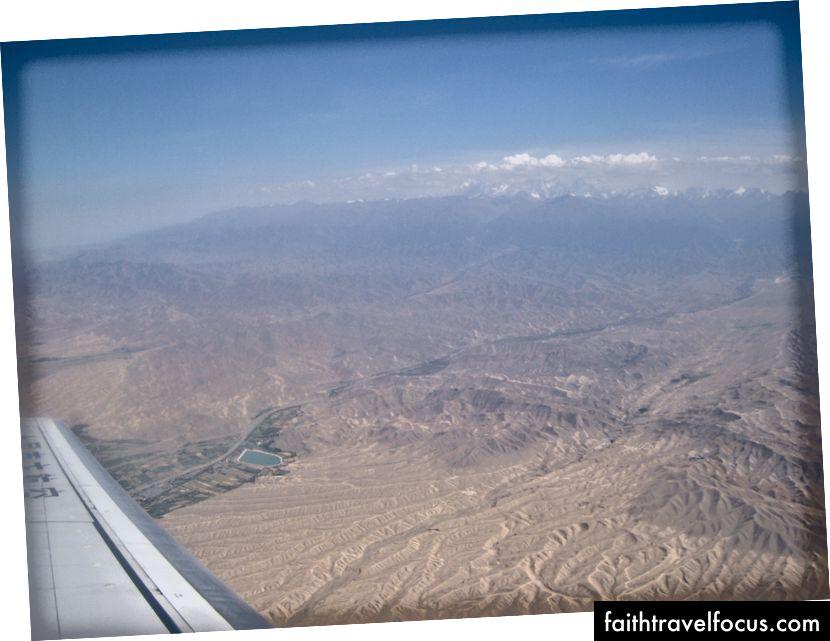 Tiếp cận Urumqi - có vẻ khô ở đó.
