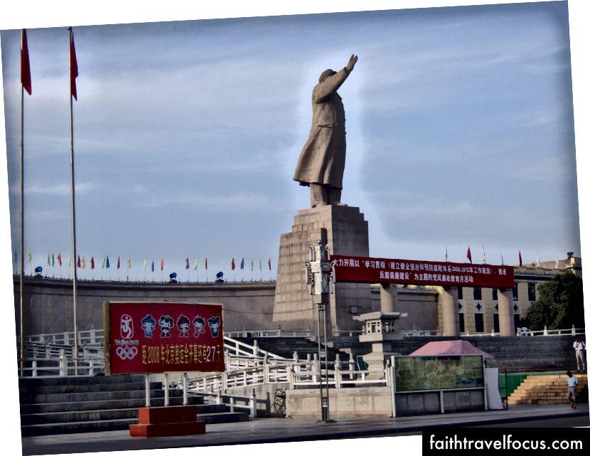 Mao Chủ tịch và Thế vận hội. Áp đặt kiến trúc không gian công cộng Han, có lẽ có nghĩa là để gây ấn tượng, vừa nhàm chán vừa xấu xí. Đây không phải là những gì tôi đã đến Tân Cương để xem. Kashgar 2008 (Ảnh: Tác giả)