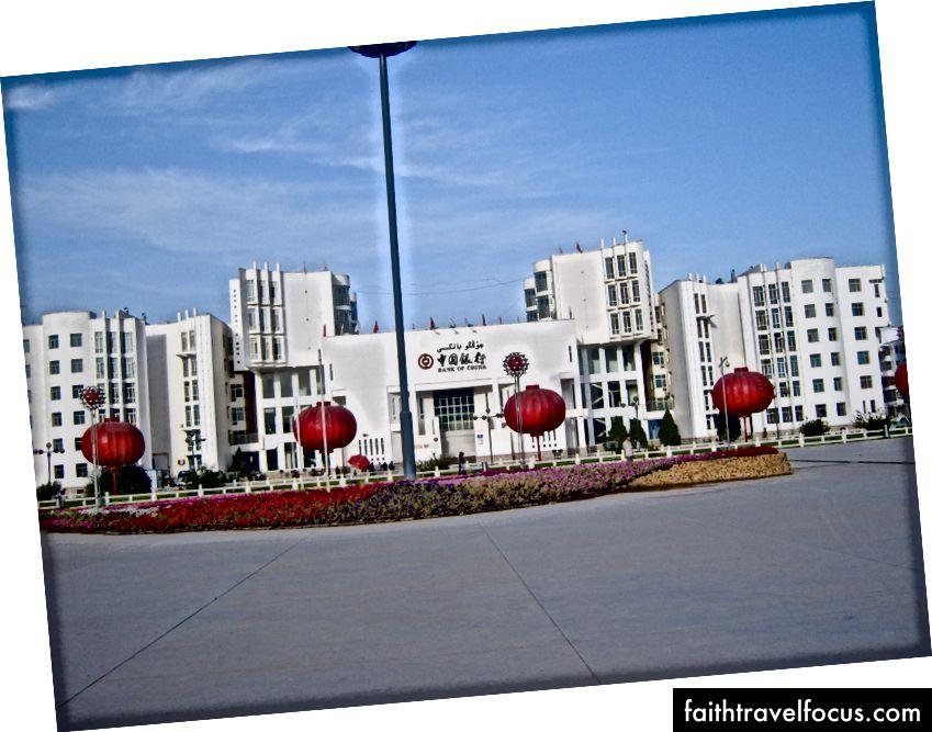 Chỉ xấu xí. Tòa nhà văn phòng Ngân hàng Trung Quốc. Kashgar 2011 People từ năm 2015 (Hình ảnh - Tác giả, không có quyền!)