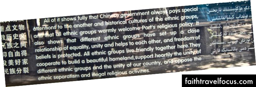 Người phụ nữ phản đối quá nhiều, methinks! Dấu hiệu thông tin du lịch tại Nhà thờ Hồi giáo Id Kah, tháng 7 năm 2008.