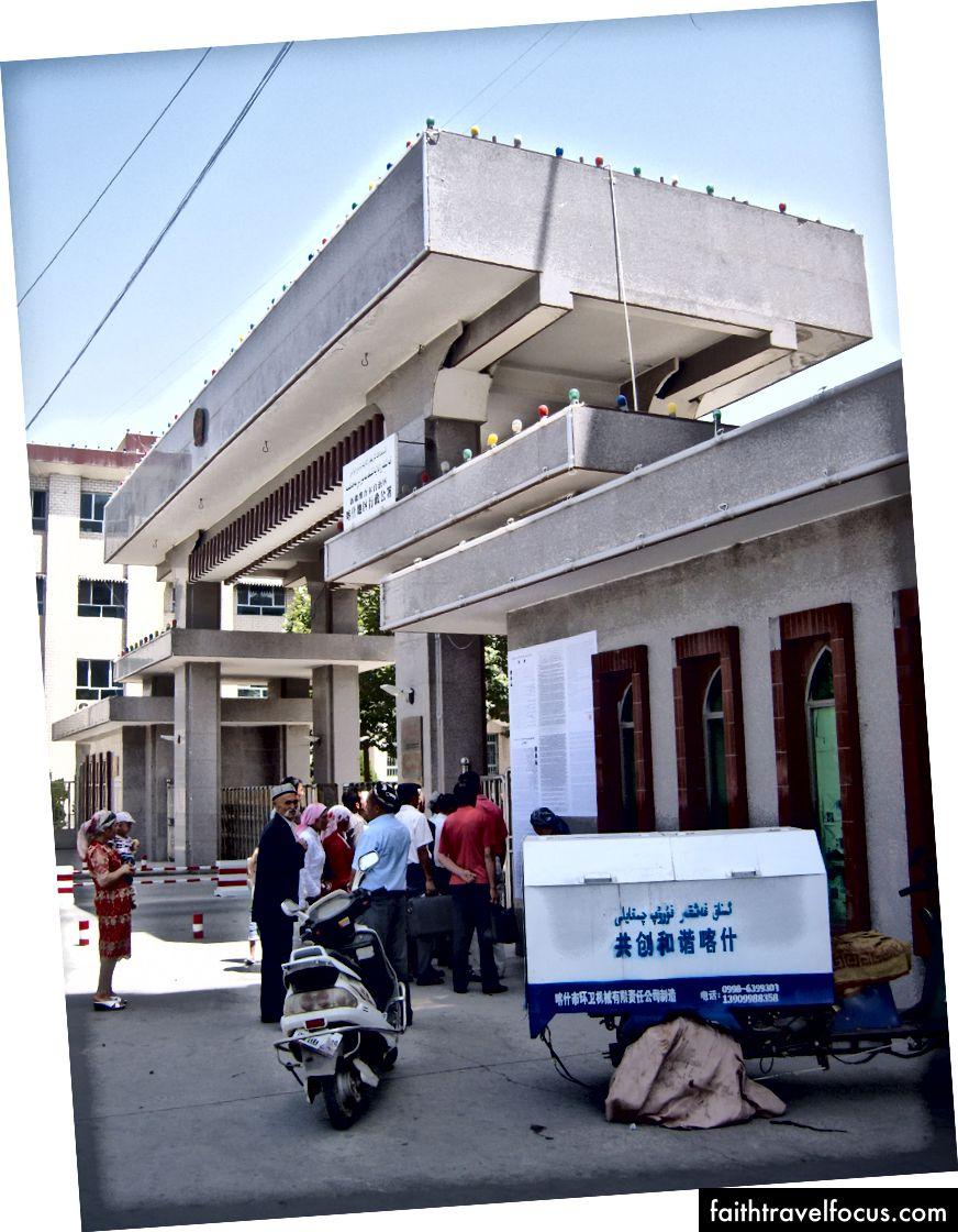 Công dân tập trung tại các thông báo công cộng được hiển thị trên tường của tòa án Chính phủ Kashgar.