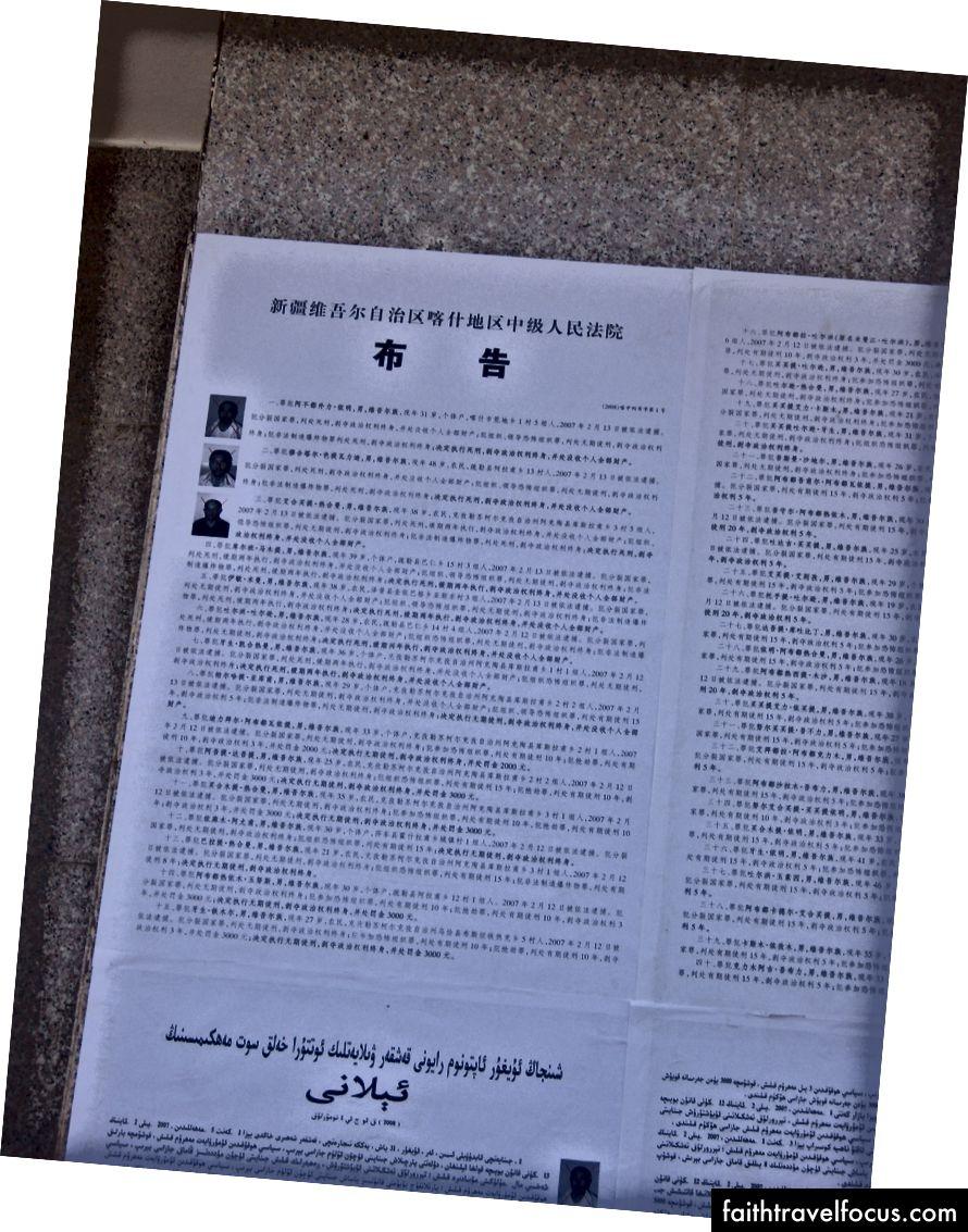 Thông báo về án tử hình / xử tử Uyghurs được hiển thị ở Kashgar, tháng 7 năm 2008.