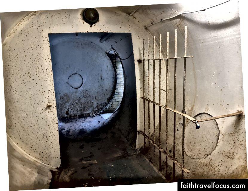 Тунель, що веде до ванних кімнат