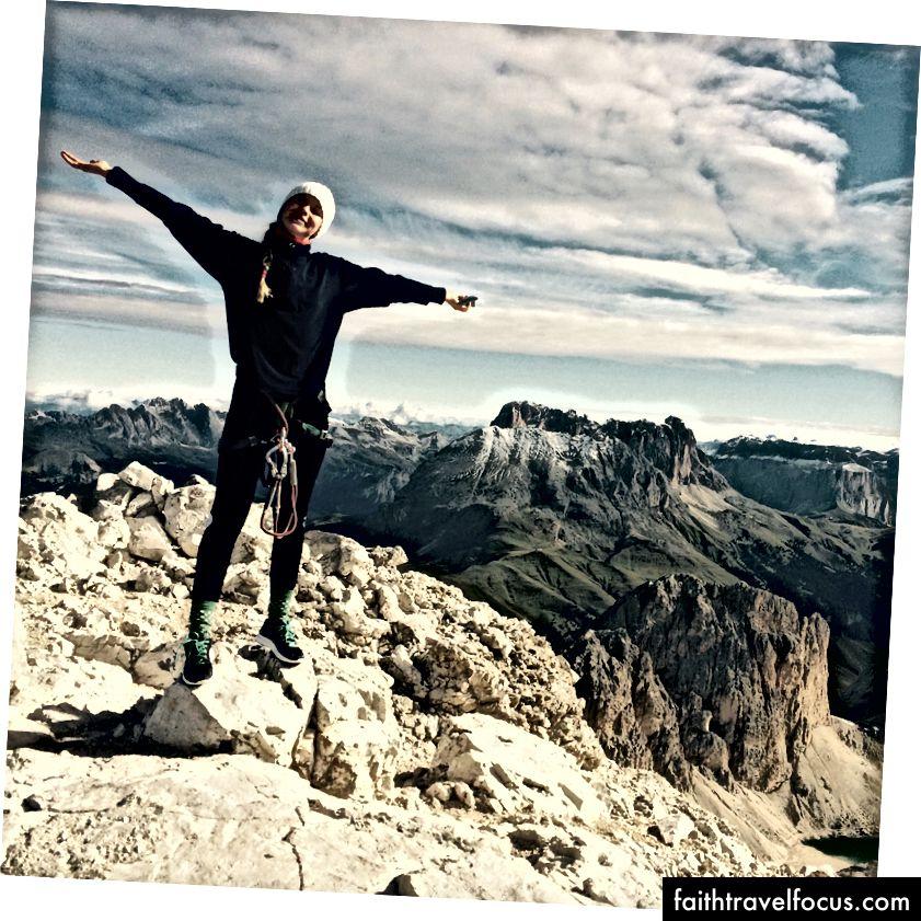 Và thế là tôi bước đi. Thỉnh thoảng tôi cũng leo lên. Tự do trong sáng, niềm vui thuần khiết. Ở đây trong Dolomites, Ý.