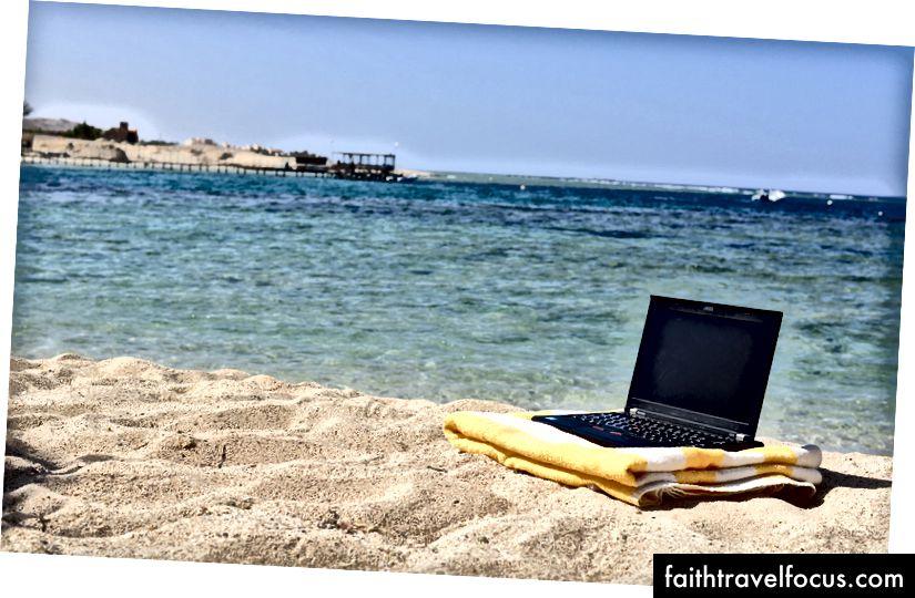 Công việc trong thời gian nghỉ hè - Máy tính xách tay Beach Hình ảnh Flickr của Laura Hoffman được chia sẻ theo giấy phép Creative Commons (BY).