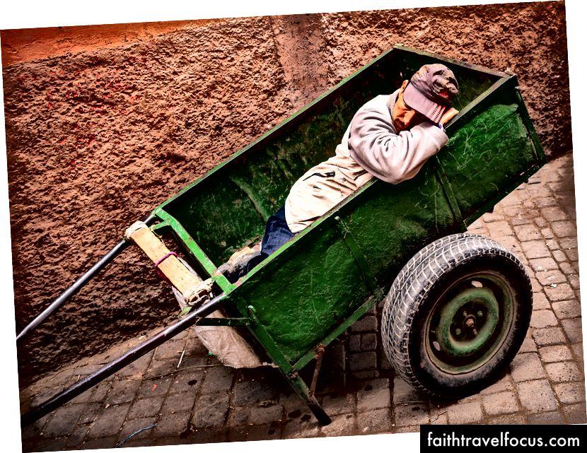 Người đàn ông nằm bên trong chiếc xe ngựa màu xanh lá cây bởi Mika trên Bapt