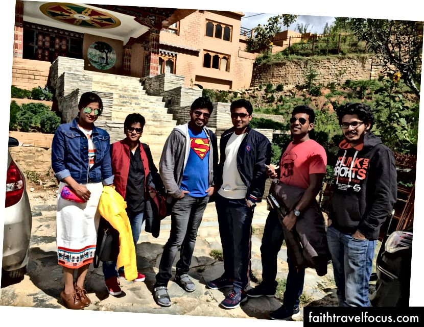 Зліва направо: Мегна, Керолайн, Адітя, Рамакришна, Варадхараджан, Сеша