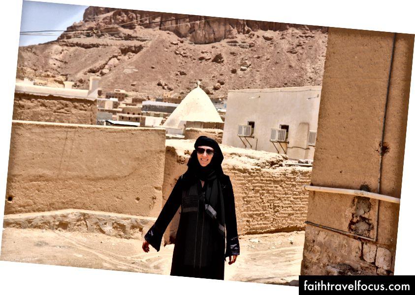 Burka giyen Krystal, ancak bu fotoğrafı çekecek kadar uzun süre niqab'ı çıkartıyor.