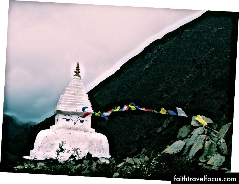 «Білий бетонний храм біля гори під білим небом» Анджалі Мехти на Unsplash