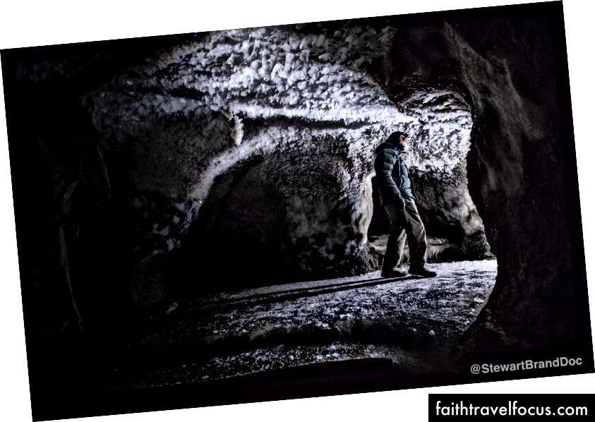 Nhà di truyền học George Church, George Church, người đang dẫn đầu các nỗ lực loại bỏ voi ma mút lông cừu, khám phá một hang động ở Siberia. Ảnh của Hội trường Brendan.