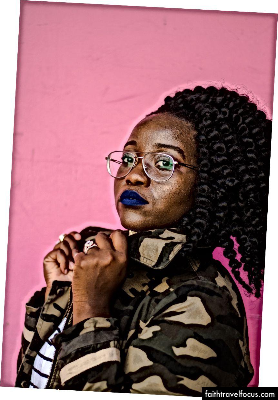 «Жінка в коричневій і чорній камуфляжній куртці» від hannah grace на Unsplash