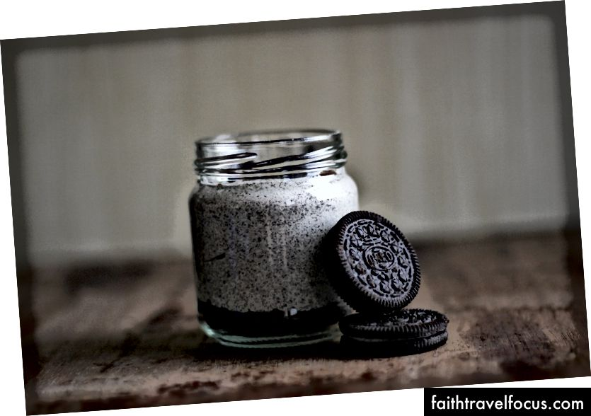 «Орео-печиво та скляна пляшка» Габріели Родрігес на Unsplash